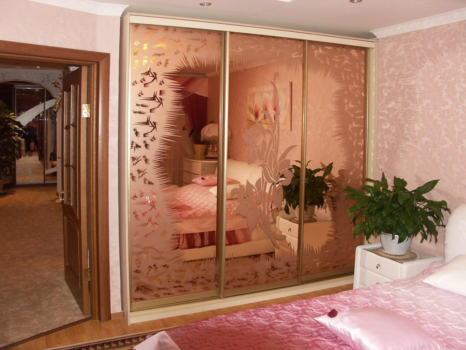 Шкаф-купе в спальню с рисунком.