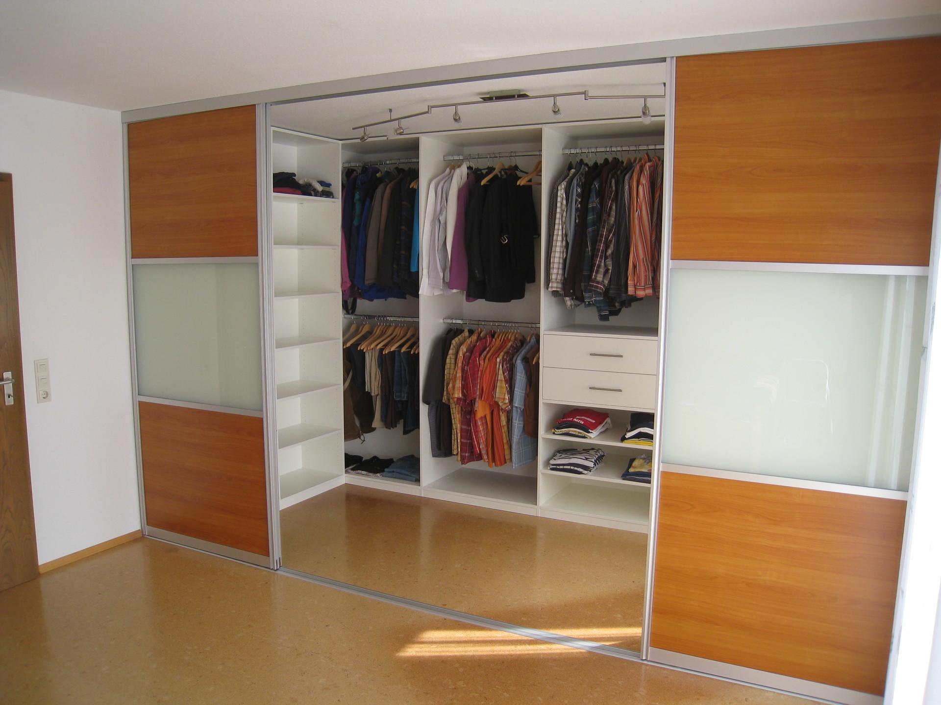 Гардеробные шкафы купе, особенности наполнения и размещения.